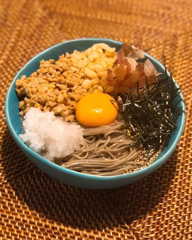 画像: 坂本龍一さんのお気に入りで、上沼恵美子さんが大絶賛の山形の『麺匠 さかい』の、麺の30%がこんにゃくの「こんにゃくそば」を、納豆そばで。  家で茹でるそばの中でもここの「こんにゃくそば」は、本当〜に美味しいので超オススメ!!!  #酒井製麺所...