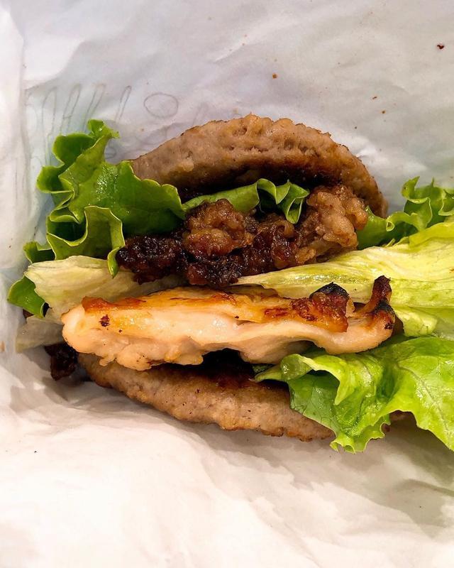 """画像: ランチバで、『モスバーガー』で、毎月29日(肉の日)限定発売の「にくにくにくバーガー」。 """"モスライスバーガー焼肉のライス部分をパティに変え、さらにテリヤキチキンとレタスを挟んだ""""という肉だらけバーガー。  にく1パティ、にく2焼肉、にく3テリ..."""