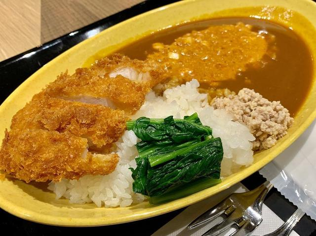 画像: 人生初のとんこつカレー! 福岡にしかなく、おまけに福岡空港でしか食べられないお店。 口当たりはカレーのコクとスパイスが効いてて、後からとんこつの味わいがきます! とんこつとカレー、合いますね トッピングにカツと、坦々ソース! この坦々ソースがなかなか...