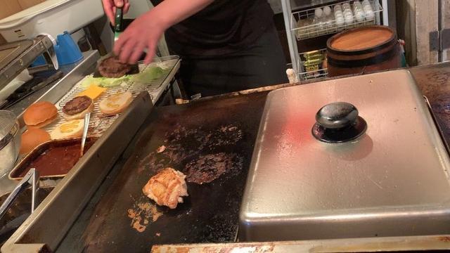 画像1: 小倉バーガーがとてつもなく美味かった! 見た目、こんな感じですが、最高でした 店主一人で切り盛りしていて、近くのサービス業のお店へ出前もやっている。 21時〜朝5時までという、夜中限定営業。 無くなり次第、終了。 夜中にかぶりつくハンバーガーって、なんであんなに美味いんだろ。。 #福岡グルメ #北九州 #小倉グルメ #youtube #youtuber #ユーチューバー #わっきーtv #わっきー #食レポ #飯テロ #小倉バーガー #ハンバーガー #ハンバーガー #hamburgers #ご当地グルメ www.instagram.com