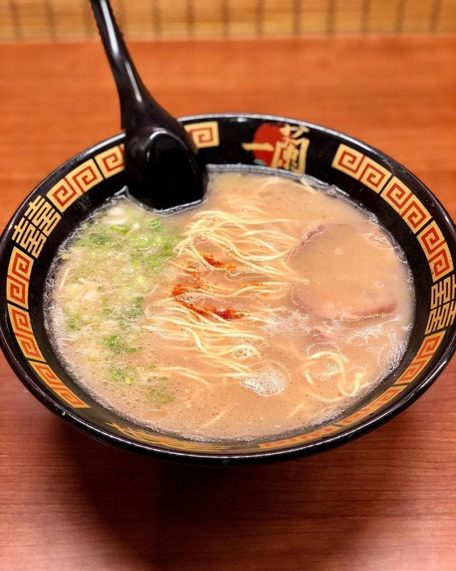画像1: ニューヨークで日本のラーメンを調査! ブルックリンの「一蘭製造工場」の中にある『一蘭』。「工場限定 できたてラーメン」と書いてあったら、食べずにいられません! オーダーの仕方も、仕切りのあるカウンターも日本と同じ! 味も同じ!笑  #一蘭 #一蘭製造工場 #ニューヨークラーメン #ブルックリンラーメン #具義ラーメン2019 www.instagram.com