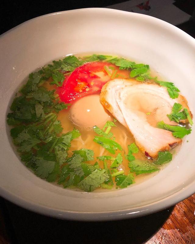 画像: ニューヨークの寿司店『kanoyama』が、23時からは知る人ぞ知る美味しいラーメン店になり、仕事終わりのシェアたちも続々ラーメンを食べにやってくるそうなので、〆に、塩ラーメンとトマトパクチー塩ラーメンをみんなでシェア。 パクチーが塩ラーメンのスー...