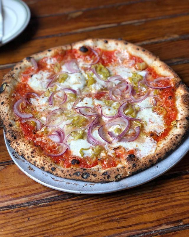画像1: ランチピで、ニューヨークのブルックリンの大人気ピザ『Roberta's』。 ここのオーナーシェフのカルロスをこの前東京で本田直之さんに紹介してもらって『ももまる』に行ったのでした。 11時オープン狙いで、フォーリンデブはっしーとあまいけいきと3人で。 ニンニクがめちゃくちゃ効いてハバネロが辛くて美味しいリルスティンカー、 ブルーチーズが濃厚でメキシカンも感じるビーストマスター、 胡椒が効いててスパイシーなチーザスクライスト、 どれもめちゃくちゃ美味しかった!!!  #robertas #robertaspizza #ブルックリンピザ #具義ピザ2019 www.instagram.com