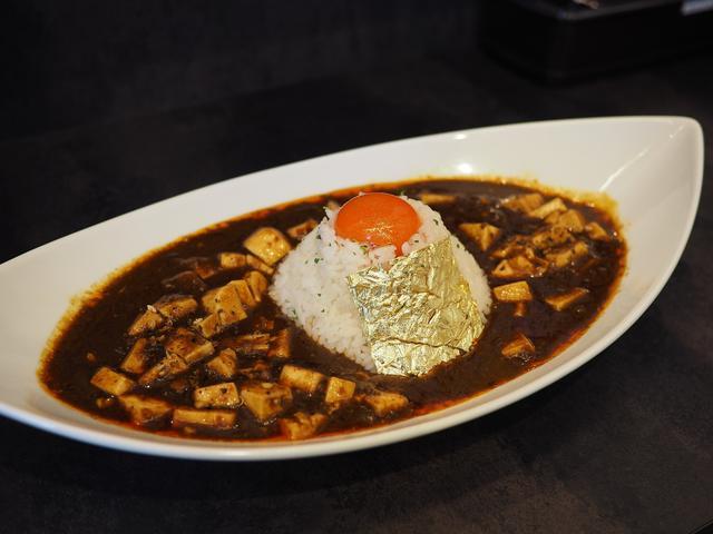 画像: 豚骨カレーの旨みと麻辣の辛味と旨みが見事に一体化した完璧な味わいの絶品麻婆カレーの黄金バージョンも最高です! 桃谷 「豚骨黒カレー MECHA」