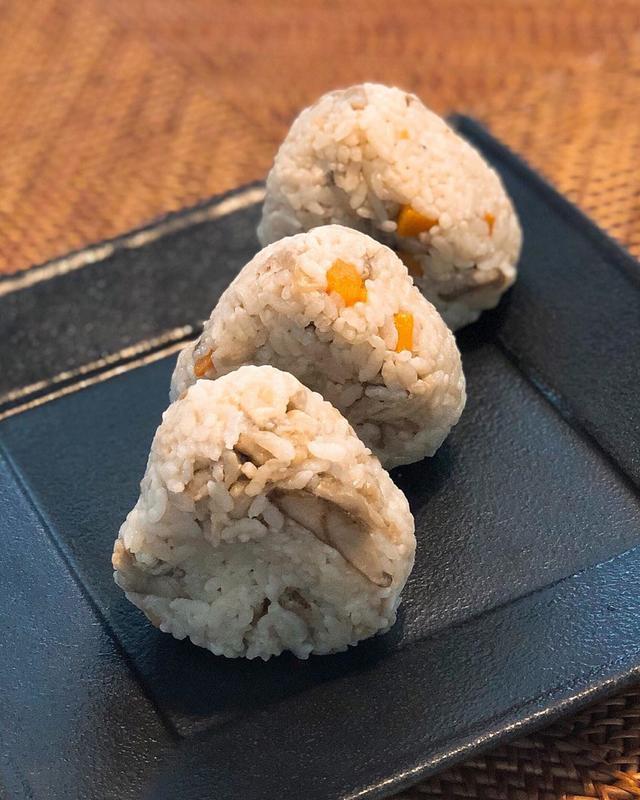 画像: 朝食で、昨日の『鍈輝』のお土産せせりの炊き込みご飯おにぎり。 せせりがめちゃくちゃ美味し〜!