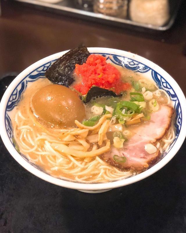 画像: タモさんが東京ではここでしかラーメンは食べないという、西麻布『赤のれん』で、ミニらぁめんに、味つけ玉子と明太子トッピング。 そして、もちろんツゥルンツゥルンの水餃子。 旨すぎるな〜!!!!!  #赤のれん #西麻布ラーメン #タモさんが通う店...
