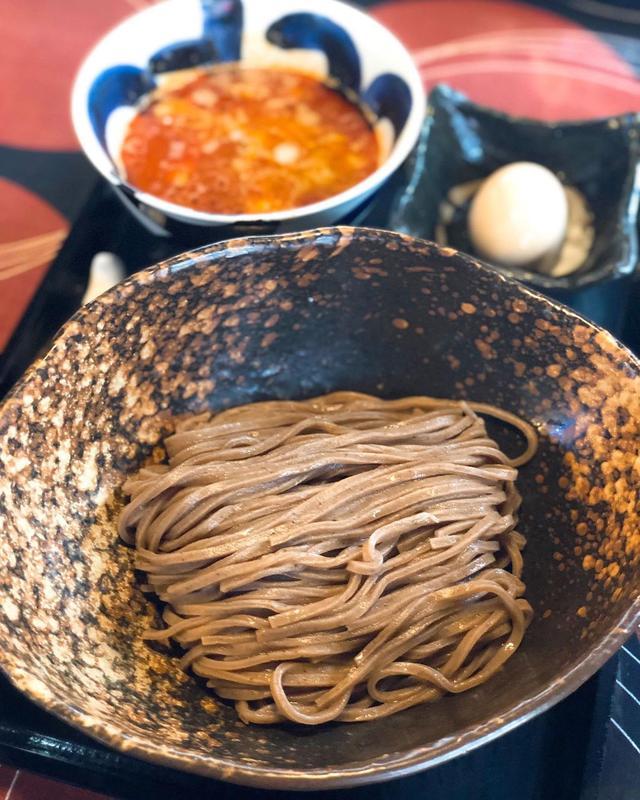 画像1: ランチラで、中目黒『三ツ矢堂製麺』で、期間限定大麦と胚芽の全粒粉麺の「辛し全粒粉つけ麺」冷や盛り(980円)にとろり半熟煮玉子(110円)トッピング。 蕎麦みたいだけど、つけ麺の麺、美味しい! 手間がかかっているのは見た目でも味でもよくわかる。 つけ汁はもっと辛くて濃厚なほうがいいかも。  #三ツ矢堂製麺 #中目黒ラーメン #具義ラーメン2019 www.instagram.com