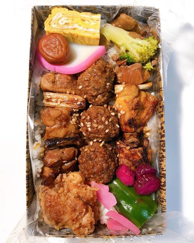 画像: ランチ弁で、撮影スタジオで『KARUTA』の「やきとり竹弁当」美味しいな〜! 焼鳥好きにはたまらない〜!  #具義弁当2019