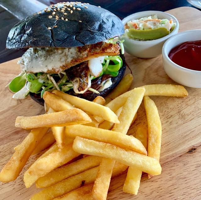 画像: スズキのフィッシュバーガー、初めて食べました。 サムイ島トンサイベイのランチなのですが、タイ料理というよりかはハワイアンな感じでした。 リゾートホテルならではなのかなと。 それにしても、タイで魚料理といえばスズキが多い気がする。 #tongsaiba...