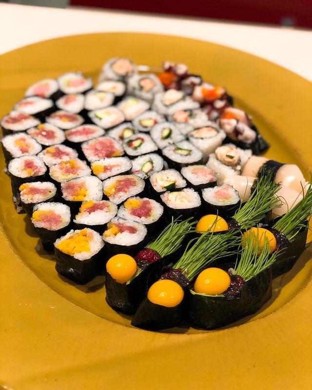 画像: 『いろは寿司』中目黒本店で巻物中心のテイクアウト。  この時期は、うずらの生玉子のテイクアウトはダメとのことで芽ネギの握りに自分で海苔巻いて軍艦巻にして、うずらの卵黄のっけて、うずらの玉子軍艦巻を自作。旨い!  トロたく巻は相変わらず美味しく...
