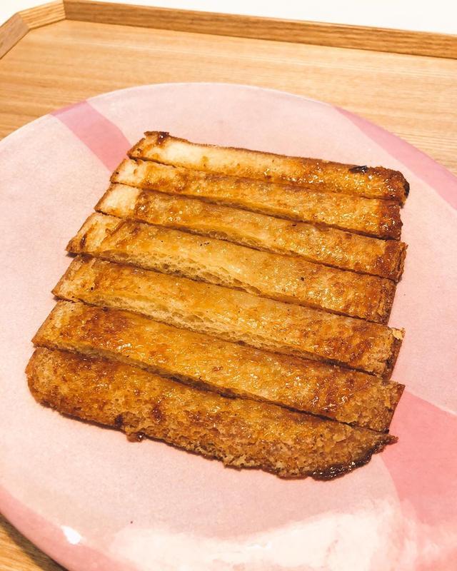 画像: 朝食で、シュガーバターカリカリパンの耳。 まいう〜  #グギメシ