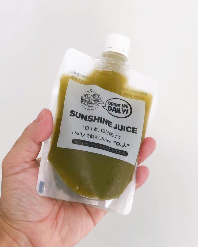 画像: ジュースクレンズ期間後も、ジュース習慣はつけたほうがいいとアドバイスされたので『サンシャインジュース』の「D.J.」という冷凍保存できるケールとレモンとりんごとモリンガのジュース。  1日1食をこれに置き換えるとカラダに良いそうです。  #サ...
