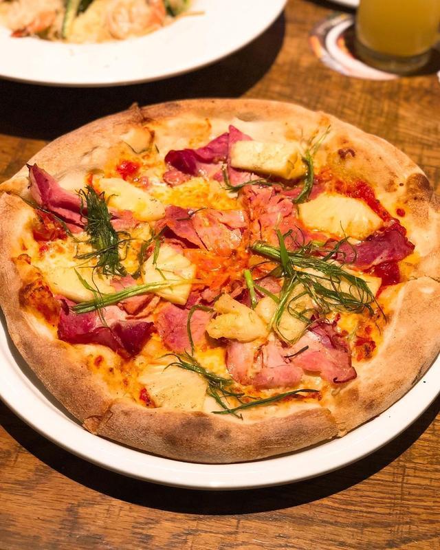 画像1: 久しぶりに小麦粉しっかり食べました。 ハワイアンピザとBBQチキンピザ♡  #カリフォルニアピザキッチン #californiapizzakitchen #具義ピザ2019 #具義イタリアン2019 www.instagram.com