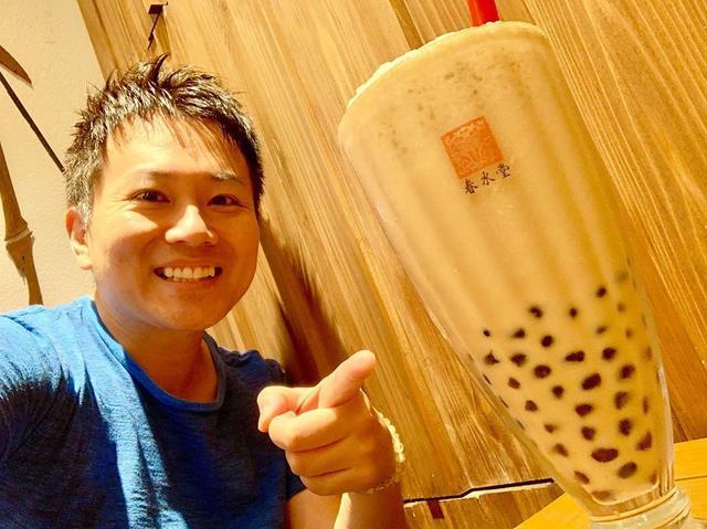画像1: タピオカミルクティー発祥のお店「春水堂(チュンスイタン)」へ。 もうね、茶葉がめちゃくちゃ美味かった!無添加でシロップもオリジナルらしい。 ただ、看板メニューはラーメンなんですよ!麻辣排骨坦々麺の2辛をすすり、台湾スイーツの定番「豆花(トウファ)」で締め。 台湾までの渡航費が浮きました笑 #台湾グルメ #タピオカ #タピオカミルクティー #春水堂 #春水堂タピオカ #台湾スイーツ #豆花 #ラーメン #らーめん #麺スタグラム #坦々麺 #排骨担々麺 #youtube #youtuber #ユーチューバー #わっきーtv #わっきー #食レポ #飯テロ #飯テログラム #飯テロ動画 www.instagram.com