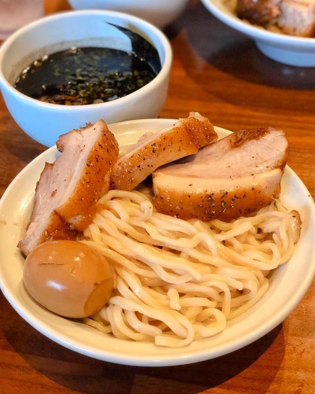 画像1: ハワイのアラモアナの『Menya le Nood』で、Super Menya Tsukemen (つけ汁は、BLACK TONKOTSU)。  つけ麺、めちゃくちゃ美味しかった!!! 麺、素晴らしい! Kakuni(角煮)が超大きくてトロットロで旨い! Gyoza(餃子)も、最高だった!!!  さすが、超グルメで有名なN閣下がやっている店だけあります!  観光客はほとんどいなくて、地元の人で満席!  アラモアナセンターでの買い物後に、すごくオススメです!  #menyalenood #メンヤレヌード #ハワイラーメン #N閣下 #具義ラーメン2019 #具義ハワイ2019 www.instagram.com