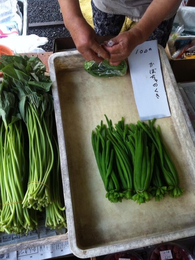 画像: きょう出した野菜クイズの答えを発表しまーす!八百屋さんには売っていない緑の茎の炒め物はなーに!?