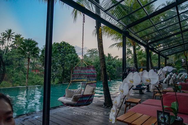 画像: Jungle Fish Pool Bar(BALI)チャプンセバリのプール脇で