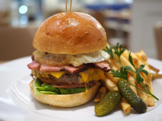 画像: ちょっとリッチなボリューム満点のハンバーガーはパンもバンズも高級感あふれる味わいで満足感が高すぎます! ルクアイーレ 「サラベス 大阪店」