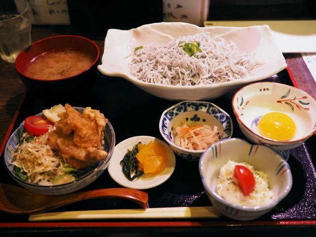 画像: これでもかと乗った釜揚げしらす丼の定食は美味しくてボリューム満点で安くて最高です! 福島区 「炉端焼き じんべえ」