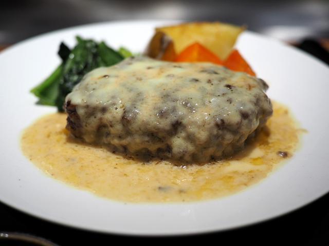 画像: 牛タンが50%以上配合されたハンバーグにたっぷりチーズがかけられた絶品ハンバーグランチ! 北新地 「北新地EMOI」