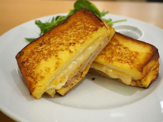 画像: 大量のチーズとスモークハムがフレンチトーストでサンドされたリッチな美味しさの高級サンドイッチ! ルクアイーレ 「サラベス 大阪店」