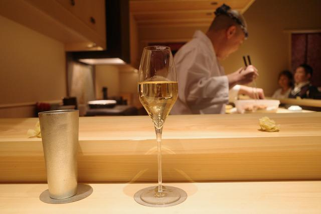 画像: 【渋谷】細部まで計算された鮨をプレミアムなカウンターで。2人の若き職人が作り上げる新しい鮨のかたち「鮨 利﨑」