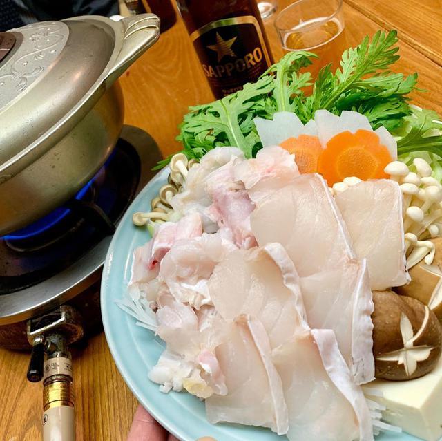 """画像1: わっきーTV/石脇誠【全国グルメ動画発信中】 on Instagram: """"昭和41年創業、 浅草/田原町にある「魚料理 遠州屋」へ。 こちらでなんと! 天然のクエ鍋が食べられるという。。 クエといえば超高級魚で、 のどぐろやとらふぐよりも貴重。 長崎県五島列島産で、脂のってて身がぷりっぷりでした。 価格がリーズナブルで、一人前4800円!…"""" www.instagram.com"""