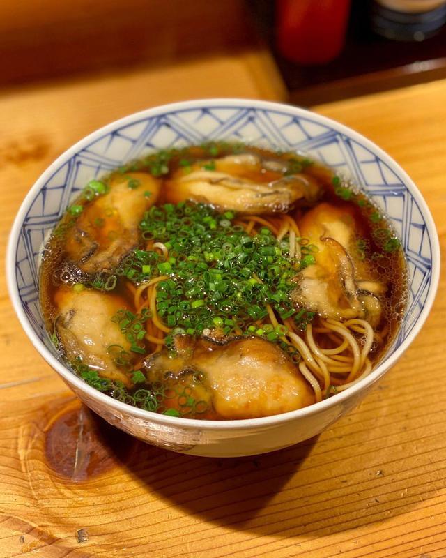 """画像1: 秋山具義 on Instagram: """"ランチソで、西麻布『おそばの甲賀』で、大好物の「かきそば」通常3個の牡蠣を2個マシマシで、計5個❤️  牡蠣の旨味も濃厚で、最高でした〜!!!  #おそばの甲賀 #西麻布そば #具義そば2020"""" www.instagram.com"""