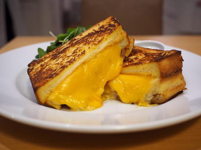 画像: フレンチトーストに大量のチーズとハムがサンドされた見た目も味も悩ましすぎる絶品サンドイッチ! ルクアイーレ 「サラベス 大阪店」