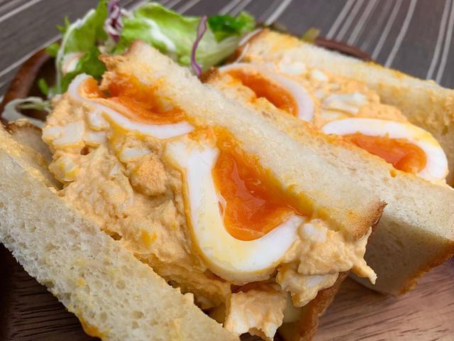 """画像1: わっきーTV/石脇誠【全国グルメ動画発信中】 on Instagram: """"たまごサンド好きに堪らない、俺のベーカリー&カフェの「奥久慈卵のたまごサンド」が食べ応え抜群でした。。 「銀座の食パン〜香〜」も、焼き立てで表面カリッと、中がふわっふわでしたね。小麦の香りが最高でした  #俺のベーカリー  #俺のbakeryandcafe  #たまごサンド…"""" www.instagram.com"""