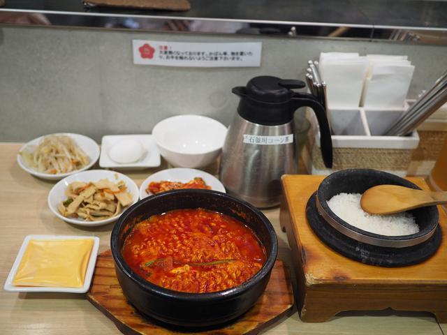画像: チーズラーメンスンドゥブに炊き立て石釜ご飯と食べ放題の3種類のおかずが付いたランチセットは満足感がとても高いです! 梅田 「韓国料理 bibim'(ビビム) ルクア大阪店」