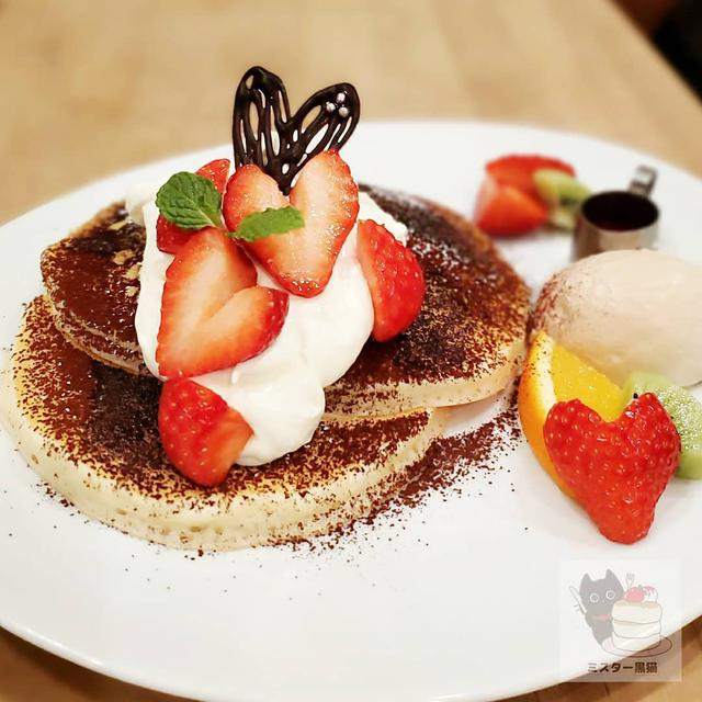 """画像1: 【ミスター黒猫】スイーツ·パンケーキ·カフェ on Instagram: """"パンパンパンケーキ♪ 【VoiVoi】 期間限定 マスカルポーネとコーヒークリームの 苺ティラミスパンケーキ  優しい焼きたてバターミルクパンケーキのに、国産マスカルポーネとコーヒー生クリームが添えられてティラミス仕立てに…"""" www.instagram.com"""