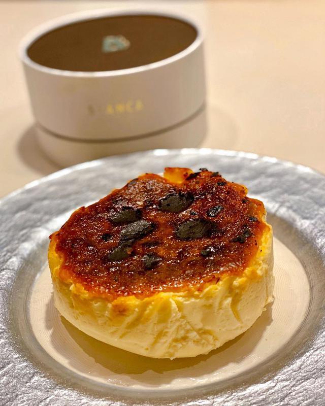 """画像1: 秋山具義 on Instagram: """"いただいた『BLANCA』のバスクチーズケーキが、 素晴らーーーーーしく美味しかった!!! 「焦げ」を楽しむチーズケーキとのことですが、ほろ苦さとチーズの甘さのバランスが凄い!!! なにこのチーズケーキ、ヤバイ!!!  #blanca…"""" www.instagram.com"""