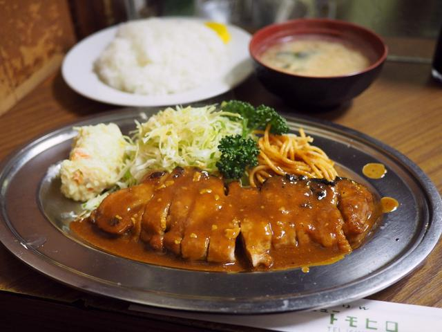 画像: 老舗洋食屋さんの大きくて迫力あるポークチャップはお肉もソースも美味しくて満足感が高いです! 福島区 「グリル ニュートモヒロ」