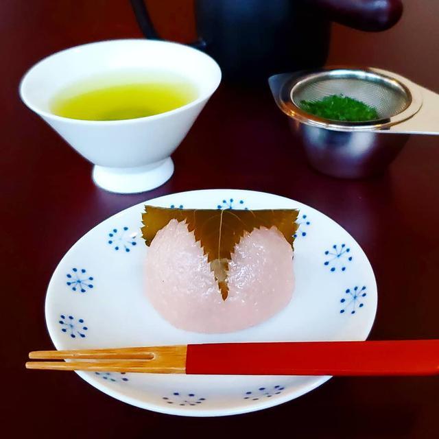 """画像1: 【ミスター黒猫】スイーツ·パンケーキ·カフェ on Instagram: """"ちゃちゃちゃ茶~♪ 【ShiZen Tea】 煎茶2種飲み比べセット 茂助だんごの「道明寺 桜餅」  人形町の路地裏に2018年11月にオープンした日本茶専門カフェ 「東八重おくみどり」と「森 煎茶」の2種類の煎茶を飲み比べられる嬉しいセット…"""" www.instagram.com"""