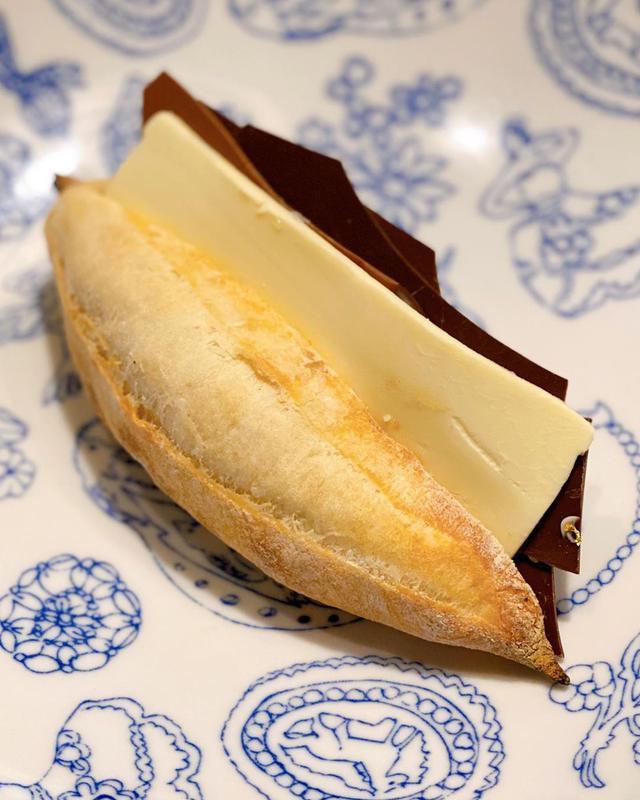 """画像1: 秋山具義 on Instagram: """"六本木ヒルズ『ル パン ドゥ ジョエル・ロブション』のこの時期だけの「チョコとバターのカスクート」は、 2種類の板チョコとバターたっぷり! ムッチリパンにたっぷりパリパリチョコとたっぷりバターの塩味が最高です!!! なぜか金粉もついてる! …"""" www.instagram.com"""