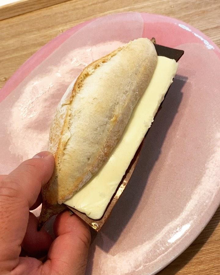 """画像1: 秋山具義 on Instagram: """"『ル パン ドゥ ジョエル・ロブション』の「チョコとバターのカスクート」やっぱりめちゃくちゃ美味しいな〜!!! 2種類の板チョコと塩味しっかりのバターたっぷりで、最高!!!  #ルパンドゥジョエルロブション #チョコとバターのカスクート #具義パン2020…"""" www.instagram.com"""