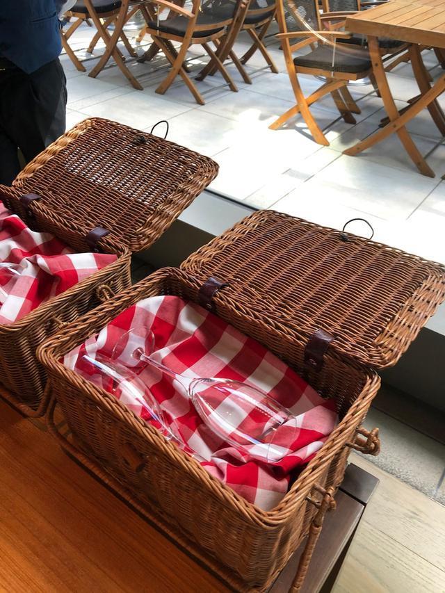 画像: グランドハイアット東京 「桜色バンズのバーガー!!️」桜ピクニックバスケットがテンションあがる〜