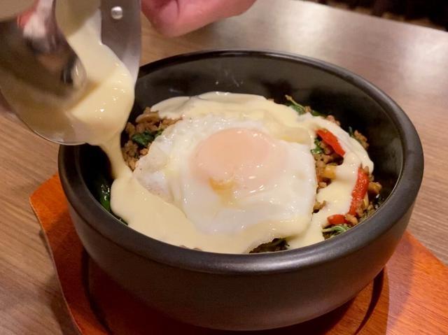 画像: タイ料理の定番ガパオライスにトロトロチーズがかけられたチーズ好きにはたまらないメニューが登場! 梅田 「クンテープ ルクア大阪店」