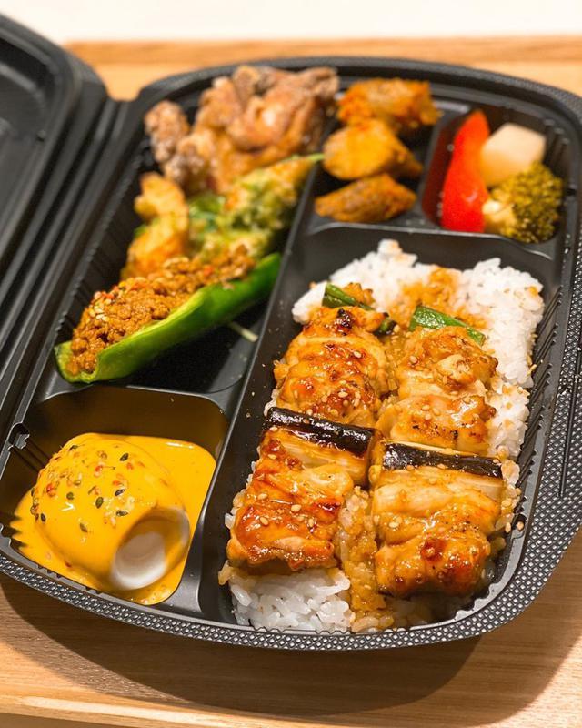 """画像1: 秋山具義 on Instagram: """"#テイクアウトしよう  大橋『焼鳥 やおや』で、やおや弁当(1,300円)4つとやおやのチキンカレープレート(1,000円)2つをテイクアウト。  お弁当で『焼鳥 やおや』の美味しい料理が食べられるのも嬉しい!!! めっちゃ美味しい!!!  みなさん、ぜひ! …"""" www.instagram.com"""
