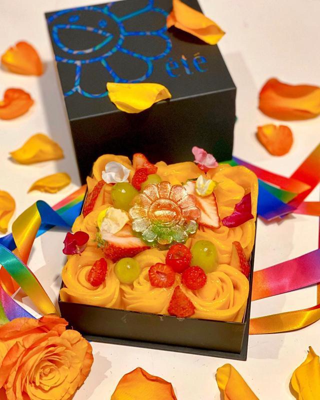"""画像1: 秋山具義's Instagram post: """"先月、奇跡的に買えた、étéの庄司夏子シェフと村上隆さんがコラボした「フルール・ド・エテ」❤️  かつてこれほどまでにアートなスイーツがあっただろうか!!!!!  素晴らしすぎる〜!!!!!  #村上隆 #庄司夏子 #ete #barzingaro…"""" www.instagram.com"""