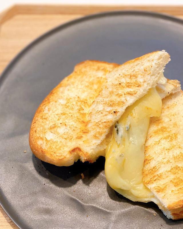 """画像1: 秋山具義 on Instagram: """"ランチテイクアウトで、中目黒『ポタメルト』で、ブルチーズメルトと、チーズバーガーメルトと、あんバターメルト。 あんバターメルト以外は初めて食べたけど、チーズバーガーメルトはハンバーグ自体も美味しくて、 ブルチーズメルトは蜂蜜かけて、めっちゃ美味しかった! …"""" www.instagram.com"""