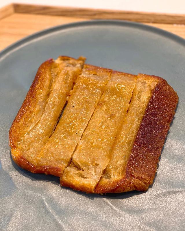 """画像1: 秋山具義's Instagram profile post: """"ランチでシュガートースト作った。 いろいろ料理するけど娘たちはこれが一番好きと言う(笑)。 売ればいいのにと(笑)。 フライパンで、揚げ焼きするくらいバターかなりたっぷりで、木べらで押しつぶすように焼いて砂糖かけてハチミツ少しかけてまた焼く。…"""" www.instagram.com"""