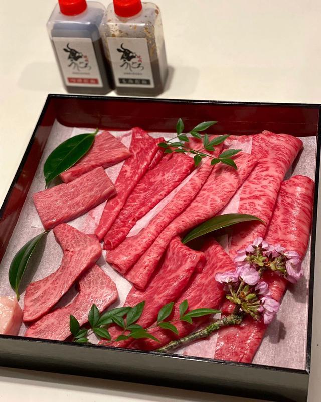 """画像1: 秋山具義 on Instagram: """"テイクアウトで『うしごろ』の肉箱、素晴らしかった!!! 家でこのクオリティの焼肉が食べられるなんて、凄いですね!!!  田村牛の肉箱(300g)と通常肉の肉箱(300g)のセットで、満足感ハンパないです! …"""" www.instagram.com"""
