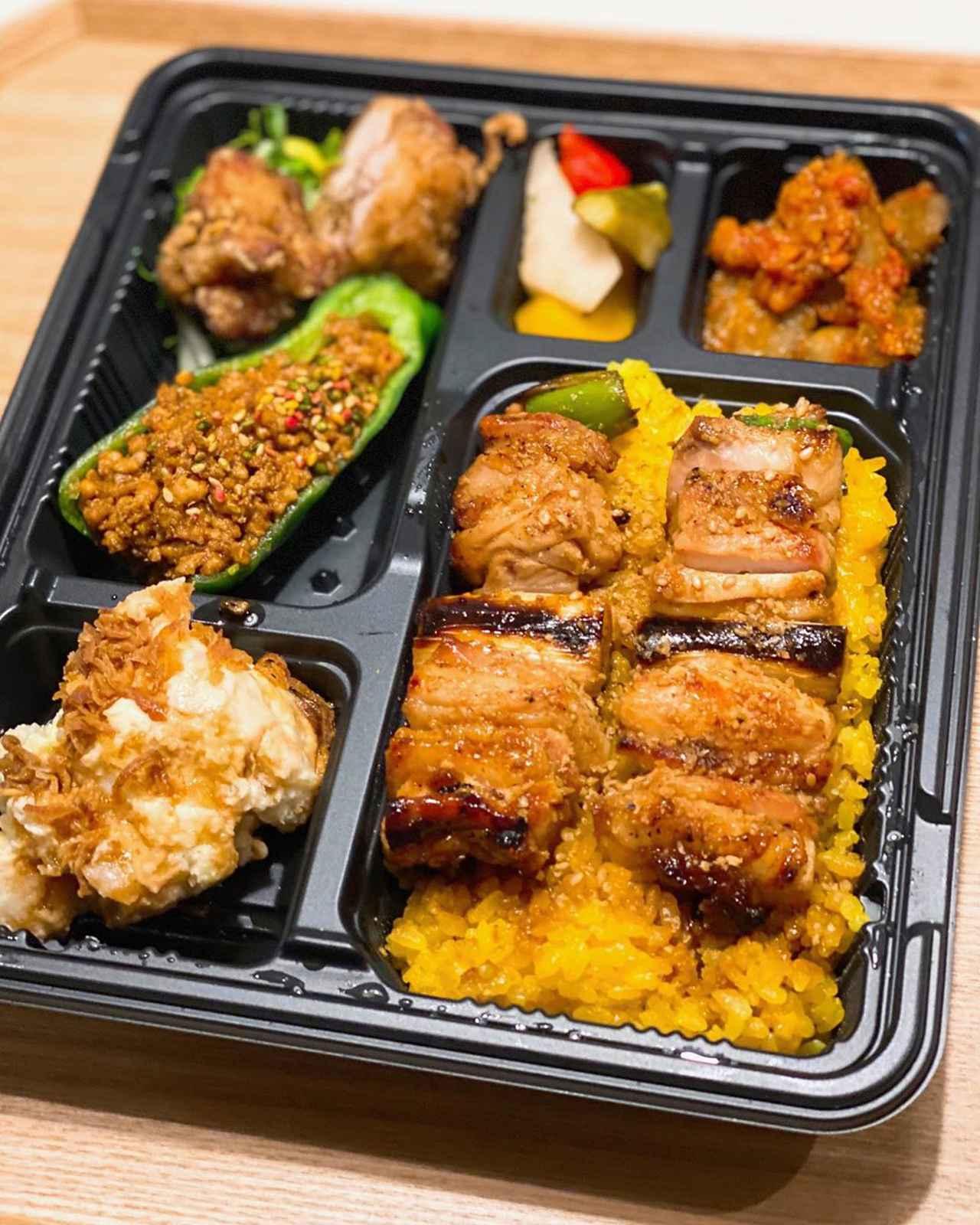 """画像1: 秋山具義 on Instagram: """"ユーヅーイーツで、遊津くんがバイクでデリバリーしてくれて、『焼鳥 やおや』やおや弁当、やおやのあて盛り、チキンカレープレート、新商品のチキンオーバーライスをテイクアウト。 白飯は、全てターメリックライスに変更可能です。 …"""" www.instagram.com"""