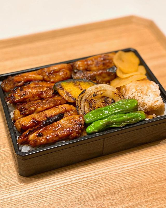 """画像1: 秋山具義 on Instagram: """"渋谷ストリームの『チキンキッチン』の鶏焼肉弁当が、中目黒『ビーフキッチン』(03-5768-3601)で、テイクアウトできます!  大好きな『チキンキッチン』の味噌だれがたっぷり鶏肉に絡まっていて、めちゃくちゃ美味しかった!!! 味噌だれの染みたご飯も最高!!!…"""" www.instagram.com"""