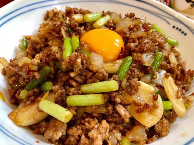 """画像1: わっきーTV/石脇誠【全国グルメ動画発信中】 on Instagram: """"ご飯が一瞬で無くなるスタミナにんにくメシを作りました! 旨すぎた。。 ニンニクの芽がポイント 良かったら自宅でがっつり食べてみては!? ▷わき丼レシピ 豚挽き肉:200g ニンニクの芽:3本 ニンニク:2つ 玉ねぎ:1/4 卵黄:1 鷹の爪輪切り:適量…"""" www.instagram.com"""