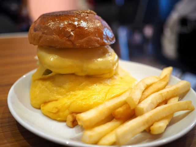 画像: 行列が出来る人気ハンバーガーショップのチーズが滝のように流れ出たスーパーチーズバーガー! 東京都千代田区 「バーガー&ミルクシェイク クレィン」