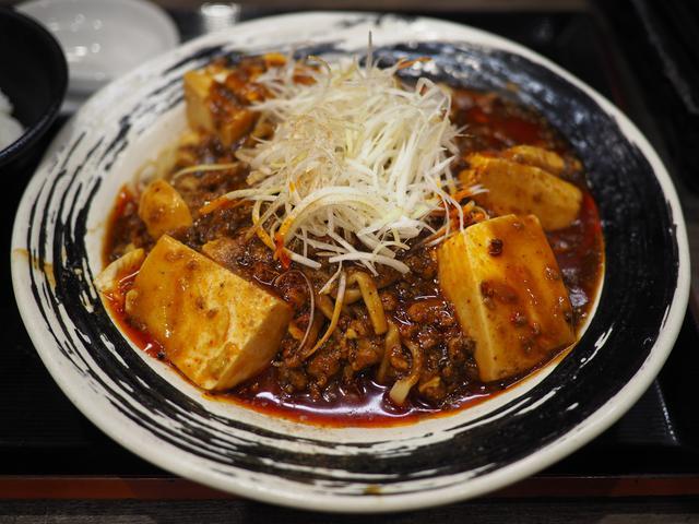画像: 冷たい麺に熱々の麻婆豆腐がかかった夏季限定の冷やし麻婆麺! 阪急三番街 「つけめんTETSU 阪急三番街店 」