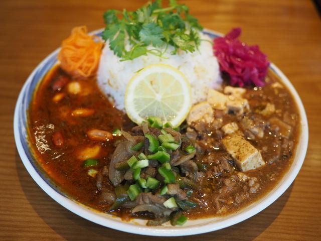 画像: 中華ベースのオリジナルカレーは深い旨味と爽快なスパイス感が絶妙でハイレベルな味わいです! 北区堂山町 「大衆中華酒場 ひよこ飯店」